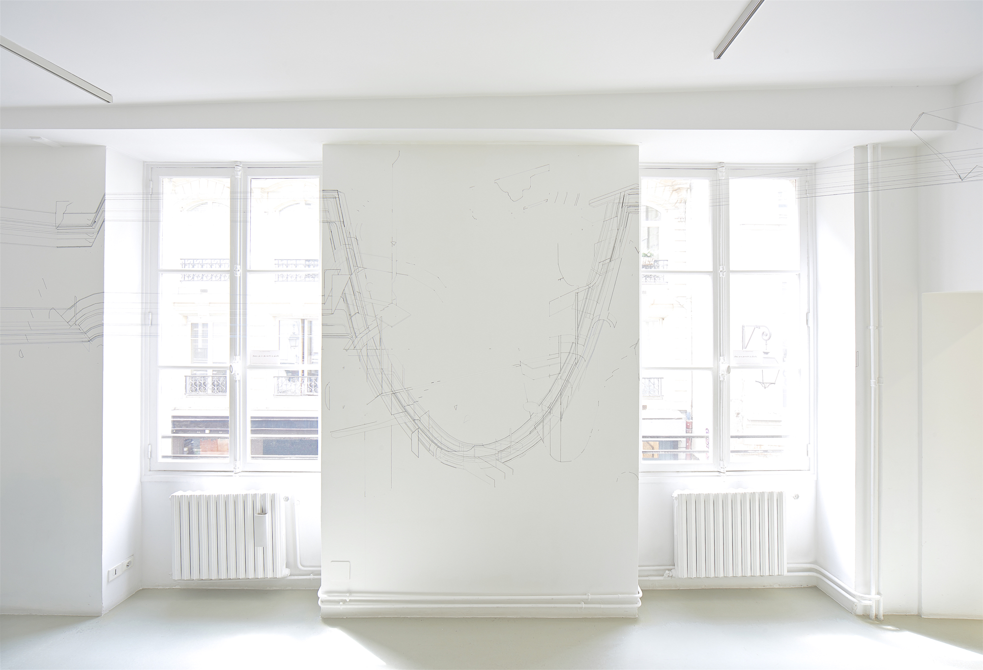 Bug report (Catenary), 2015. Fil de coton et fil de soie sur mur. «FID PRIZE 2015» Vue de l'exposition,  Galerie Catherine Putman, Paris. © ADAGP Keita Mori Photo. Tagma Hiroki Courtesy the artist and Galerie Catherine Putman, Paris.