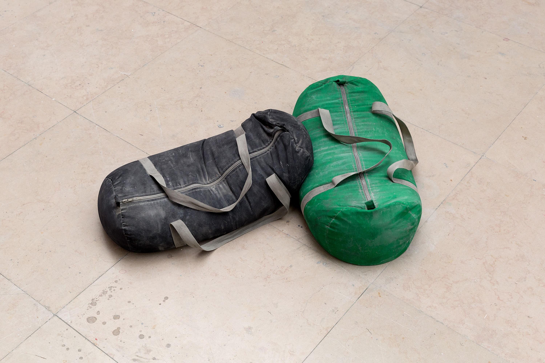 U sleeping on me, 2015, sac de gym, ciment, 70 x 90 x 25 cm